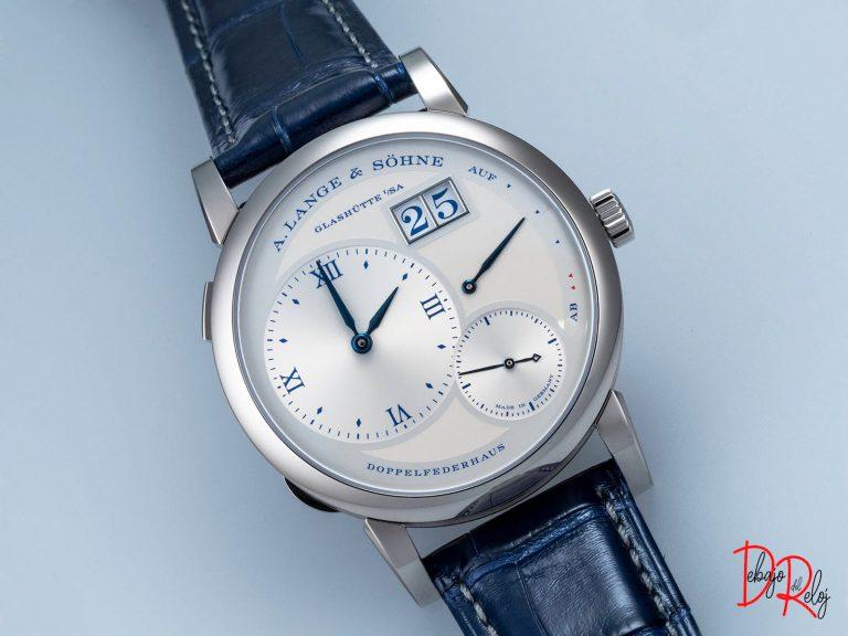 Lange 1 25th Anniversary blog debajo del reloj front