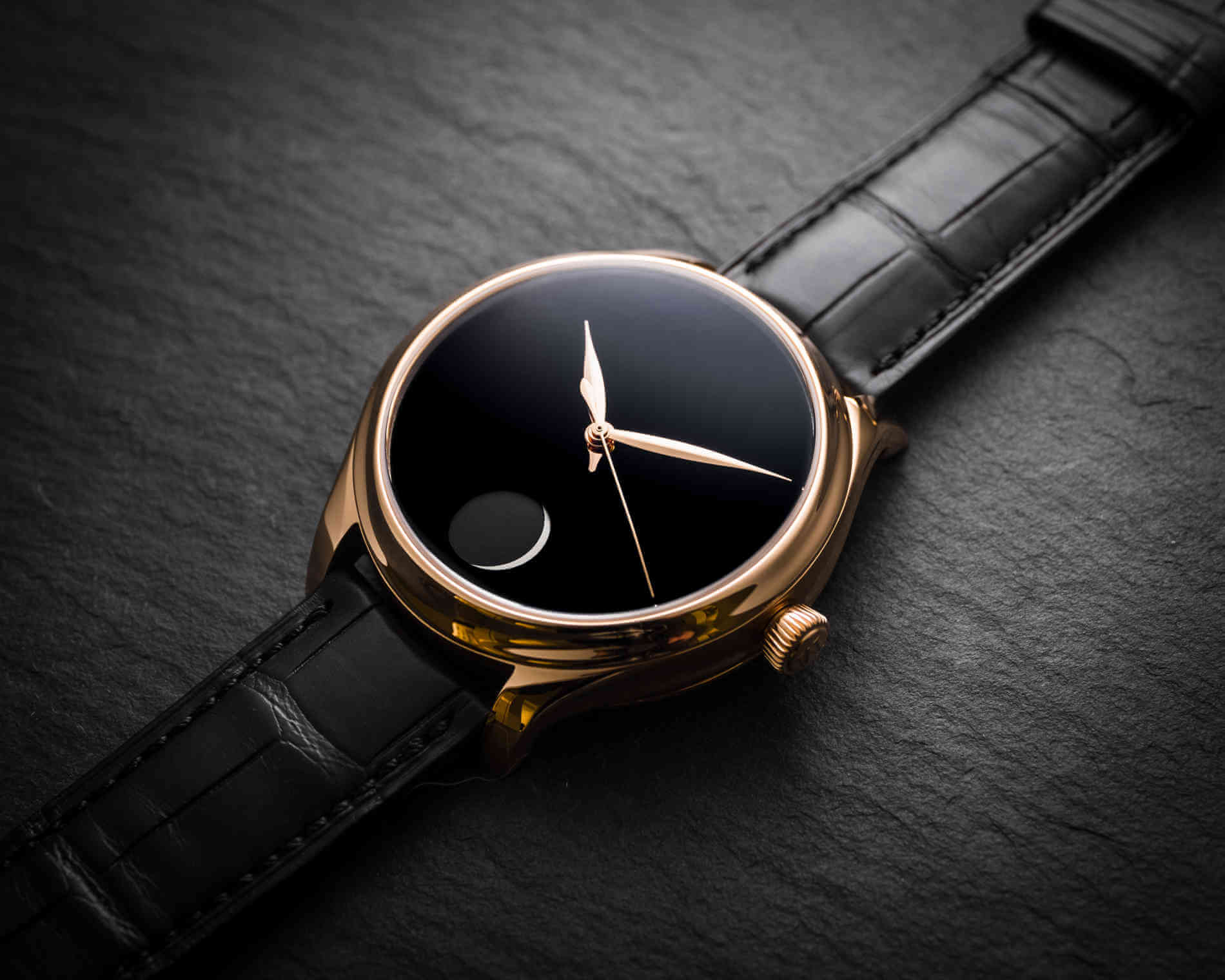 Endeavour Perpetual Moon Concept Only Watch debajo del reloj