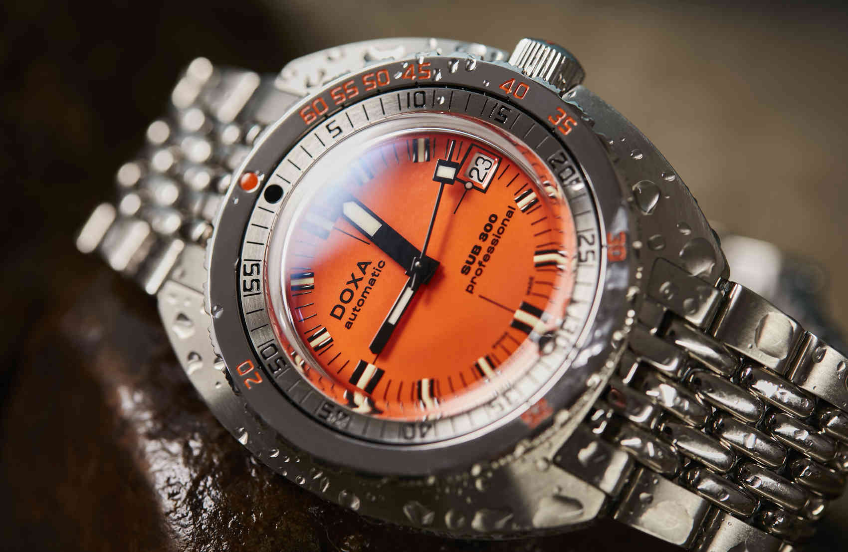 Doxa-Sub300-Orange-professional-1145